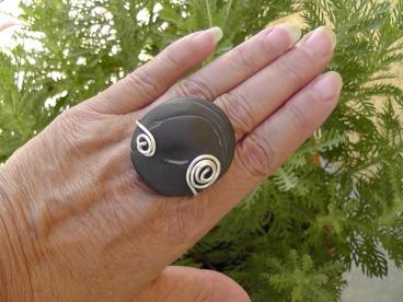 Bague galet de rivière anthracite foncé et spirale métal argenté