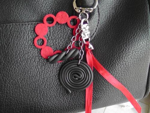 Pampilles de sac ou porte clés  Réglisse - ruban rouge