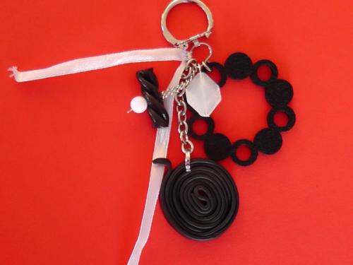 Pampilles de sac  ou porte clés Réglisse - ruban blanc