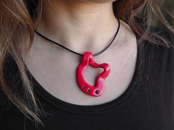 collier fait main dans l 39 esprit de gaud de couleur rouge framboise. Black Bedroom Furniture Sets. Home Design Ideas